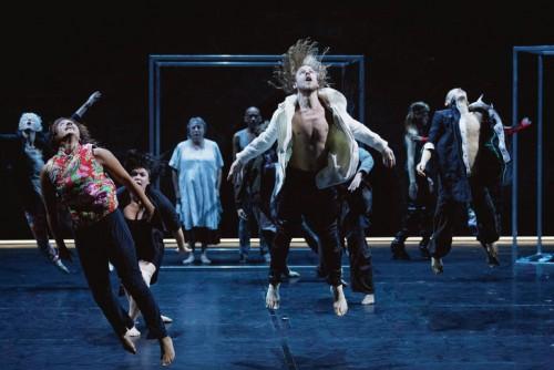 Entre-technologie-danse-archaique-vingt-interpretes-Babel-7-16-donnent-piece-certes-imparfaite-mais-inventive-attachante_0_730_486