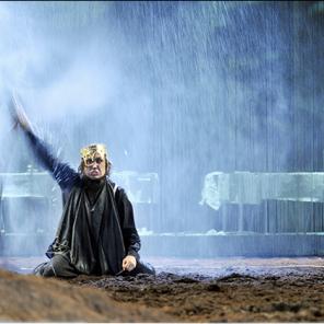 Hamlet, de William Shakespeare, mise en scène par Thomas Ostermeir, au Théâtre Les Gémeaux.