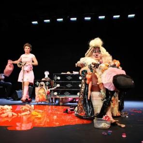 Le pied jaloux au Théâtre du Rond-Point mise en scène de Sophie Perez et de Xavier Boussiron de la Compagnie du Zerep