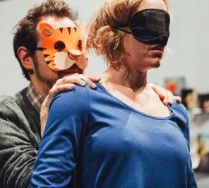 En miettes, librement adapté de Jacques ou la Soumission et Journal en miettes d'Eugène Ionesco, mise en scène Laura Mariani, au Théâtre de Belleville