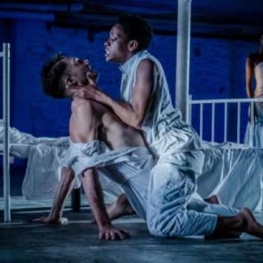 MAMIWATA, écrit et mis en scène par Astrid Bayiha, au Théâtre de l'Opprimé.