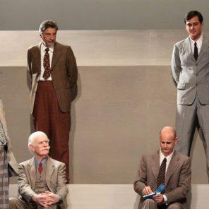 Douze hommes en colère, de Reginald Rose, adaptation française de Francis Lombrail, mise en scène Charles Tordjman, au Théâtre Hébertot