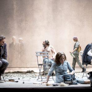 Poussière, écrit et mis en scène par Lars Norén, à La Comédie-Française