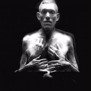 Stayin'Alive, à ma mère, conception de Mark Tompkins, mise en scène de Frans Poelstra, au Centre National de la Danse de Pantin