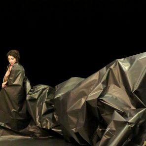 Les Os noirs, mise en scène et chorégraphie de Phia Ménard, au Montfort / Théâtre de la ville hors les murs