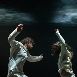Syncing Feeling de Kyle Page et Amber Haines pour Dancenorth, et The Geography of an archipelago, de Stephen Shropshire et In transit, de Louise Potiki Bryant, pour The New Zealand Dance Compagny, au Théâtre national de la Danse