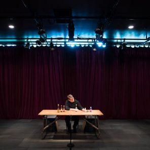Complete Works: Table Top Shakespeare, créé par Forced Entertainment, mise en scène de Tim Etchells, au Théâtre de la Ville – Espace Pierre Cardin