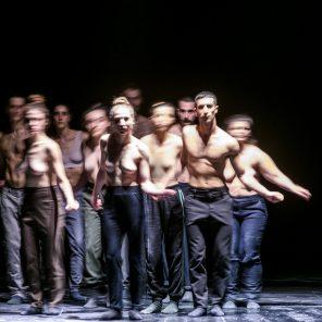 ION, concept & chorégraphie Christos Papadopoulos, au Théâtre des Abbesses