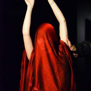 Mille et une nuits, ou l'homme qui aimait les coquelicots, texte et mise en scène de Gwendoline Destremeau d'après les Contes des Mille et une nuits, les Contes d'Andersen et Contes japonais, au Guichet Montparnasse