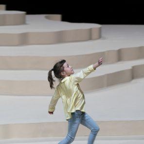 Les grands, conception et mise en scène de Fanny de Chaillé, au Théâtre Paris-Villette