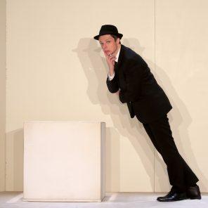 Homme encadré sur fond blanc, de et par Pierric Tenthorey au Théâtre Tristan Bernard