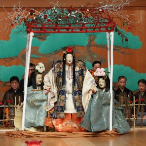 Marie-Antoinette, reine fascinée par les roses, de Shinji Ueda, mise en scène de Minotu Genshô Umewaka et Shinji ueda, Chorégraphie et composition de Nagauta pat Kanjûro Fujima, suivi de L'Araignée, à l'Opéra-Comique
