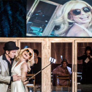 On s'en va, adapté du texte d'Anokh Levin, mise en scène de Krzysztof Warlikowski à Chaillot - Théâtre National de la Danse
