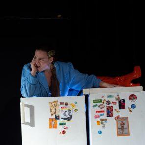 Loretta Strong, de Copi, jeu et mise en scène de Maïté Lottin, au Théâtre la Flèche