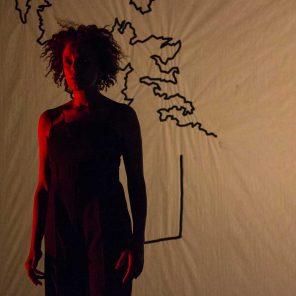 Médéa Mountains, écrit et interprété par Alima Hamel, mis en scène par Aurélien Bory, au Théâtre des Bouffes du Nord