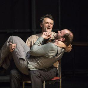 Aux éclats... , conçu et mis en scène par Nathalie Béasse au Théâtre de la Bastille