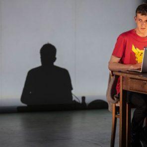 Qui a tué mon père, d'Édouard Louis, mis en scène par Thomas Ostermeier, au Théâtre de la Ville – Les Abbesses