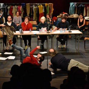 La Peste c'est Camus mais la grippe est-ce Pagnol ? Performance des Chiens de Navarre, conçue par Jean-Christophe Meurisse, Théâtre des Bouffes-du-Nord