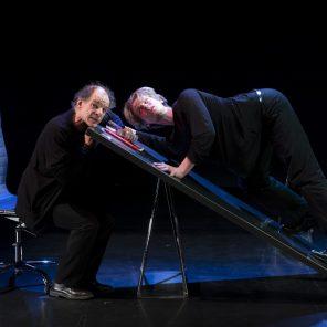 Je ne suis pas de moi, texte Roland Dubillard, adaptation et mise en scène Maria Machado et Charlotte Escamez, au Théâtre de Rond-Point