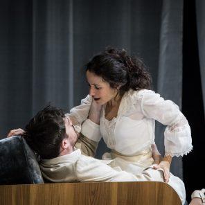 Comme tu me veux, de Luigi Pirandello, mise en scène et scénographie Stéphane Braunschweig, Odéon-Théâtre de l'Europe